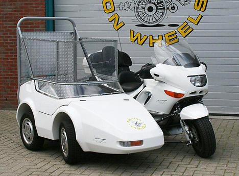 motor met rolstoel zijspan